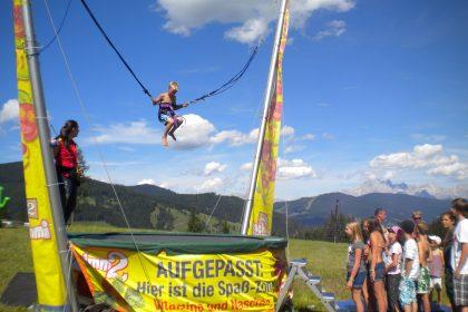 Acro Bungee, Trampolinspringen mit Bungee Seilen, Sport