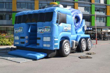 Blaue Betonmischwagen-Hüpfburg mit bruder Spielwaren Logo