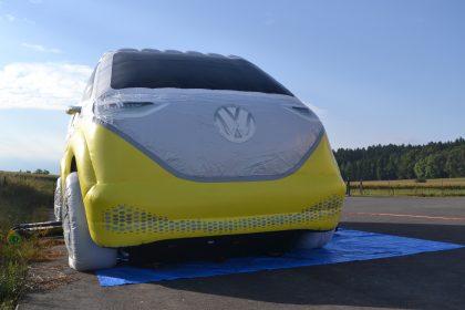 Aufblasbare VW ID Buzz Hüpfburg in gelb von vorne