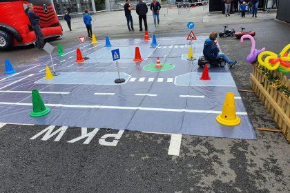 Kinder auf Verkehrserziehungsparcours mit Bobby Car