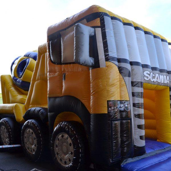 Aufblasbarer Scania Betonmischwagen in gelb und blau