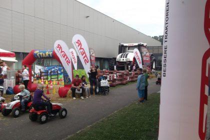 Kinder fahren auf einer Hausmesse von Steyr mit den Steyr Trettraktoren