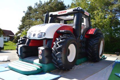 Aufblasbare Steyr Traktor Hüpfburg von der Seite