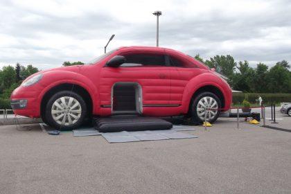 Hüpfburg VW Beetle in rot auf Asphalt aufgebaut