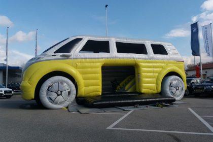 Hüpfburg VW ID Buzz in gelb und weiß auf Asphalt aufgebaut