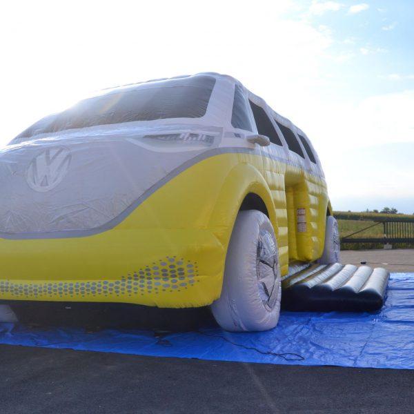 Hüpfburg VW ID BUZZ in weiß und gelb von vorne