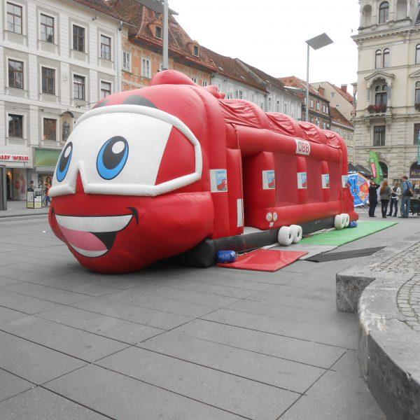 Aufblasbares Spielgerät Hüpfzug Timi Taurus am Hauptplatz in Graz